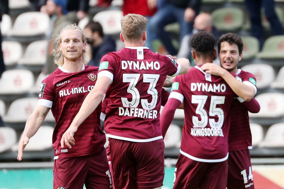 Der Jubel nach dem 1:0: Torschütze Philipp Hosiner (v. - r.), Ransford-Yeboah Königsdörffer, Christoph Daferner und Marvin Stefaniak.