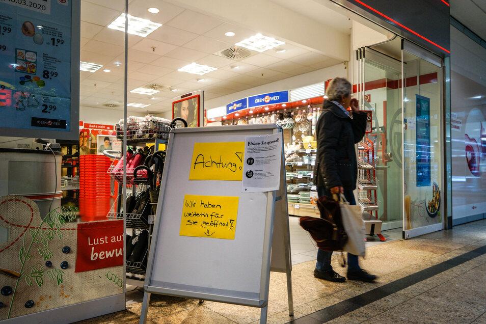Die meisten Geschäfte weisen mit Schildern darauf hin, ob sie geöffnet haben beziehungsweise bis wann sie geschlossen sind.
