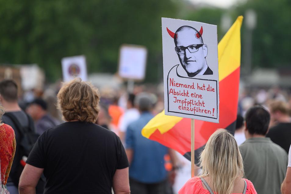In Deutschland demonstrieren zunehmend Menschen gegen die Corona-Beschränkungen und für Grundrechte wie Versammlungsfreiheit und Glaubensfreiheit.