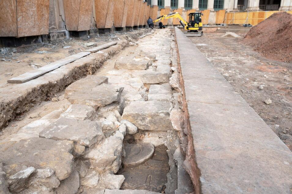 Links neben dieser alten Sandsteinmauer von 1709 waren Pflanzgruben des Pöppelmannschen Gartens entdeckt worden. Mittlerweile sind sie aber schon wieder verfüllt.