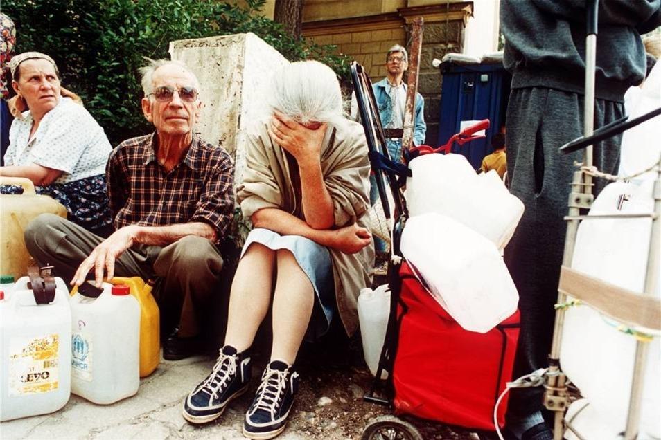 Eine Frau bricht am 11. Juli 1993 an einer Wasserausgabestelle in Sarajevo in Tränen aus, als sie nach stundenlangem Warten erfährt, das es kein Trinkwasser gibt.