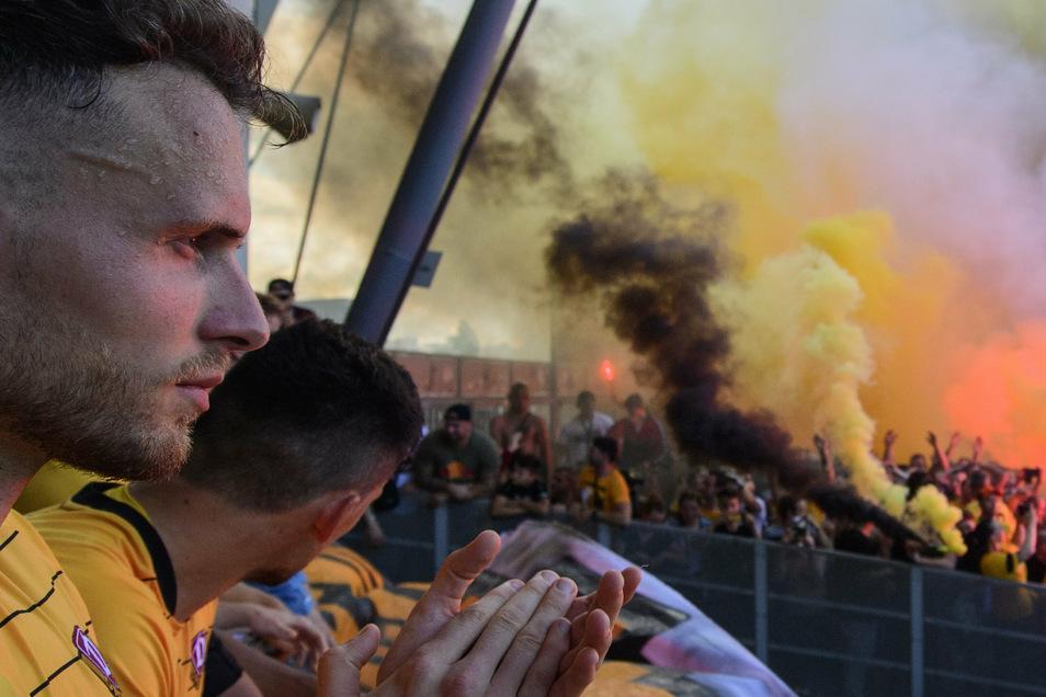 Patrick Schmidt (l.), der inzwischen nach Heidenheim zurückgekehrt ist, applaudiert den Fans, ist von der Unterstützung fasziniert. Allerdings feierten die Dynamo-Anhänger die Mannschaft nach dem Abstieg mit viel Feuer und Rauch, dafür ohne Mindestabstand