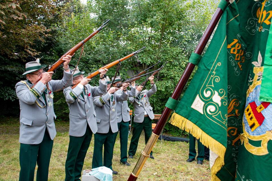 Mit einem Salutschießen haben die Leisniger Bürgerschützen ihre große Feier zum 600-jährigen Vereinsbestehen eröffnet.
