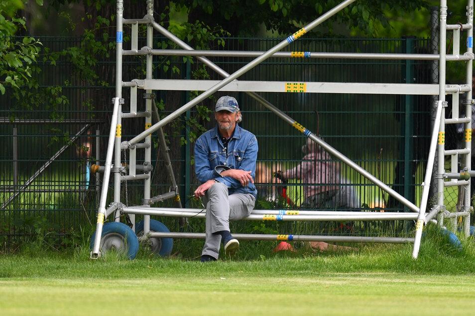Ralf Minge als stiller Beobachter beim Training der Dynamo-Profis im Großen Garten. Der Vertrag des Sportgeschäftsführers wird nicht verlängert. Wie geht es jetzt weiter?