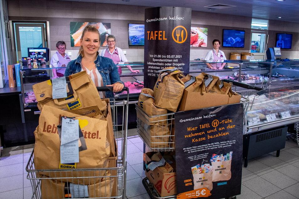 Die Kunden kaufen für 5 Euro eine Tüte mit Lebensmitteln oder Drogerieartikeln. Sie helfen damit sozial Schwachen.