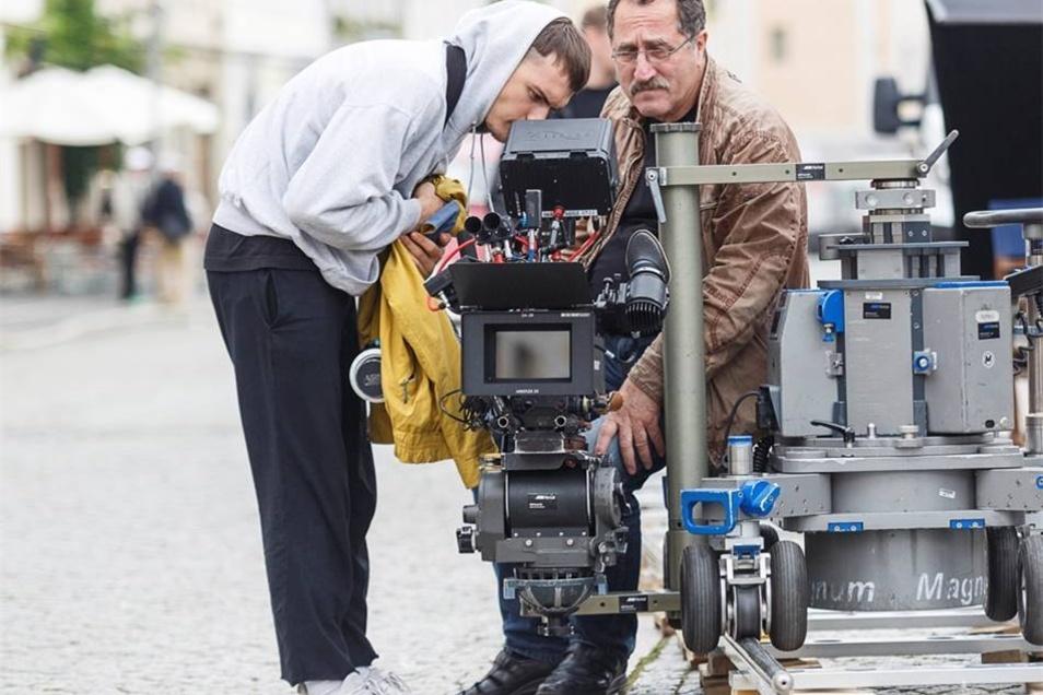 Kameraleute schauen sich die letzte Szene an.