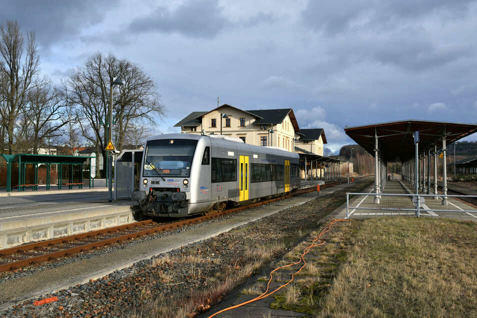 Triebwagen am Bahnhof Neustadt: Richtung Sebnitz fahren Busse weiter.