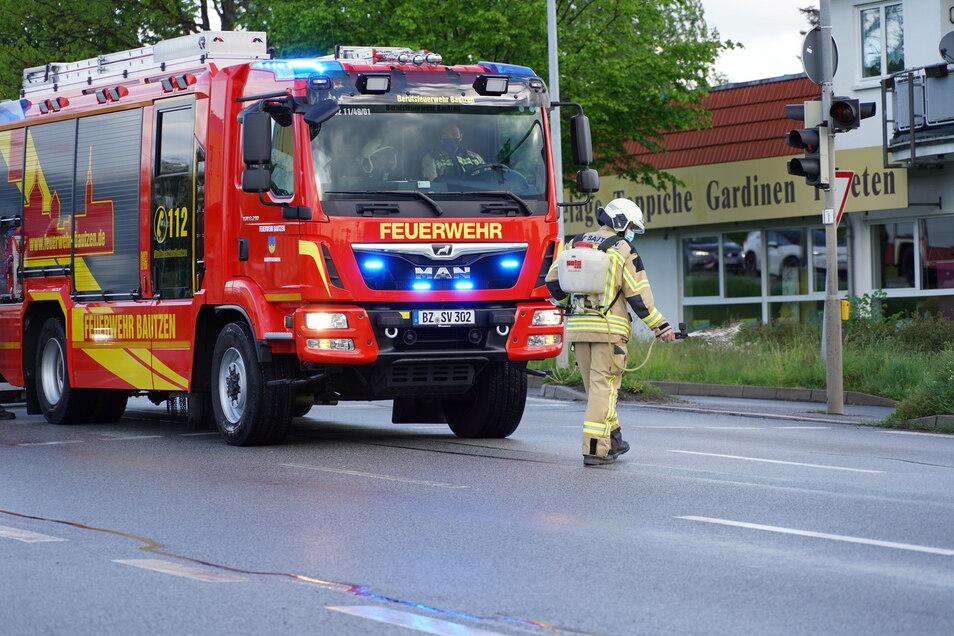 Einen Feuerwehreinsatz gab es am Montagmorgen in Bautzen auf der Kreuzung von B 6 und Weißenberger Straße.