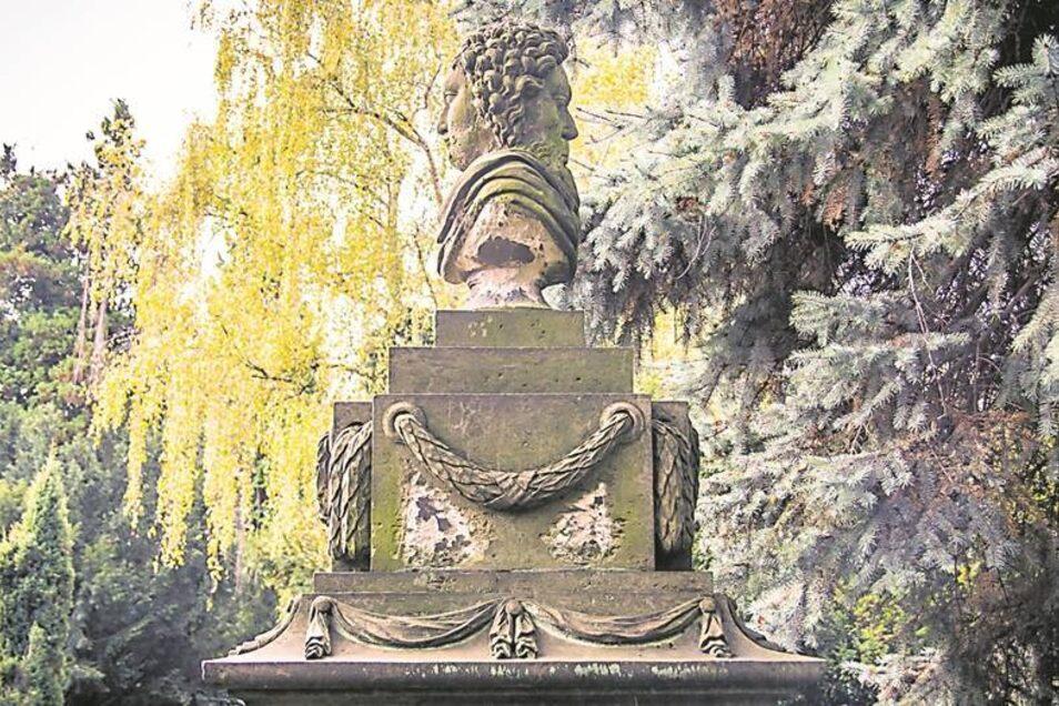 Familie Janus ist mit einem Januskopf auf dem Friedhof vertreten. Fotos: Robert Michalk