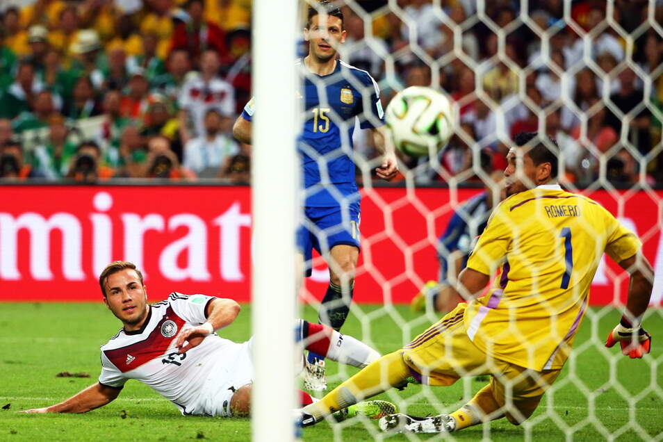 Mario Götze erzielte im WM-Finale 2014 das entscheidende Tor für Deutschland. Fußballfans können ihm das nun an der Ostsee nachmachen und den Ball in das originale WM-Tor von Rio donnern.