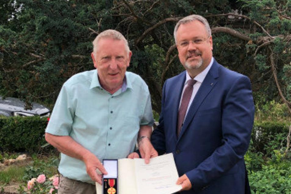 Norbert Kupler (li) erhielt die Ehrung von Falk Böttcher von der Abteilung Agrarmeteorologie des Deutschen Wetterdienstes in Leipzig.