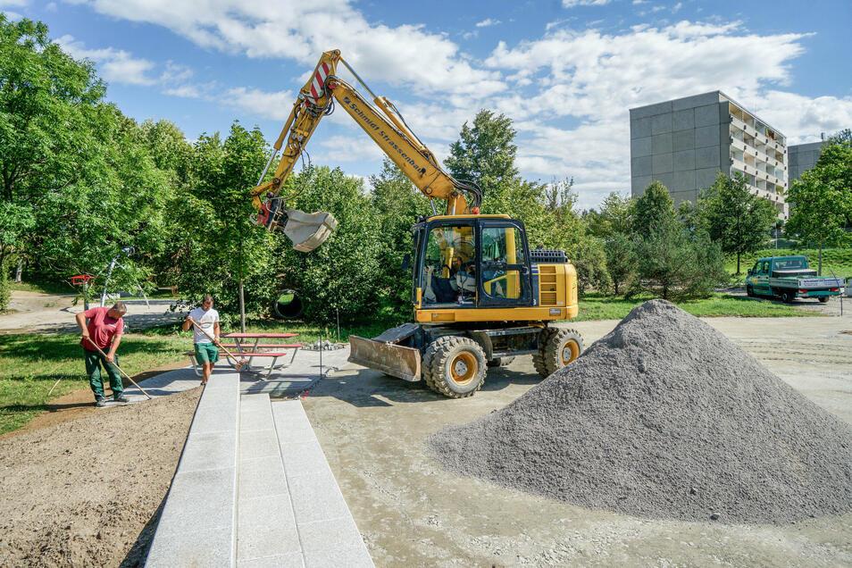 Bis zur Eröffnung werden noch Wege und Flächen angelegt sowie die restlichen Spielgeräte aufgestellt.