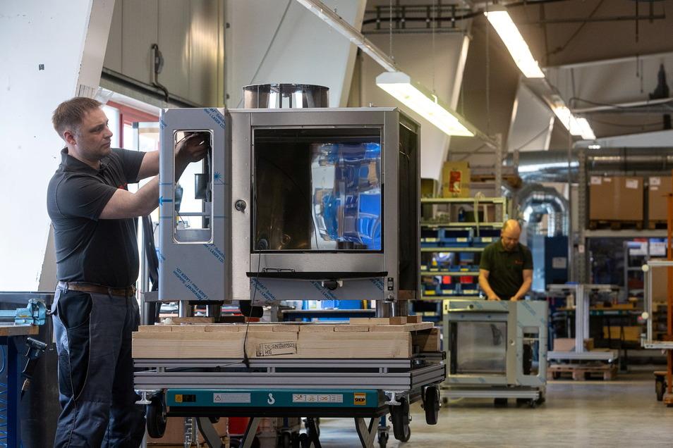 Noch könnte es auch eine Waschmaschine werden. Doch Elektroniker Lars Förster sorgt dafür, das das Gehäuse zu einem der vielseitigen Küchenwunder wird.