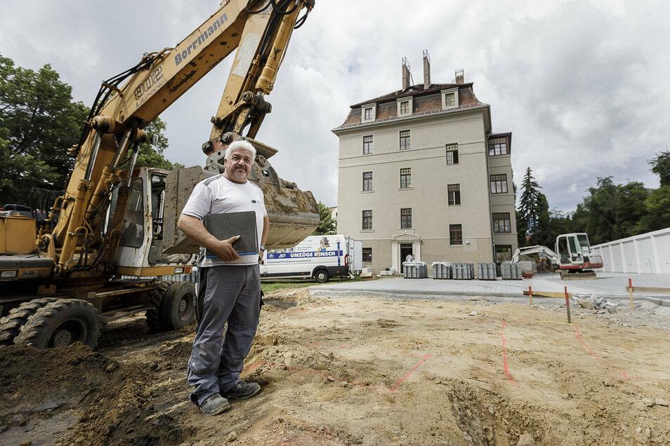 Bauleiter Torsten Mattheus von der gleichnamigen Firma steht auf der Fläche, auf der der Neubau errichtet werden soll. Im Hintergrund steht die Bombardier-Villa.