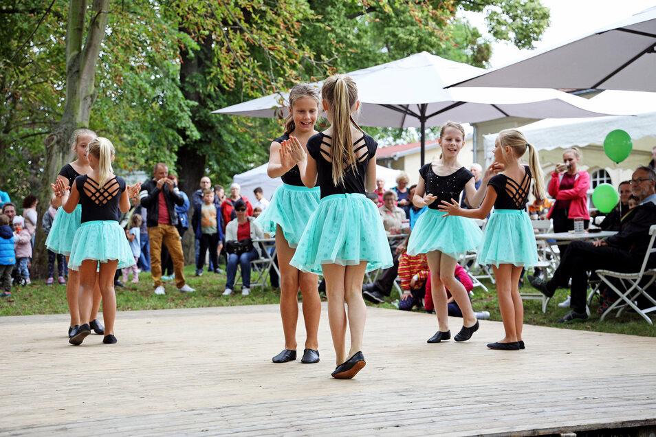 Darbietungen wie hier von den live-kids vom Tanzstudio live, die einen klassischen Rock'n'Roll tanzen, unterhalten die Gäste.