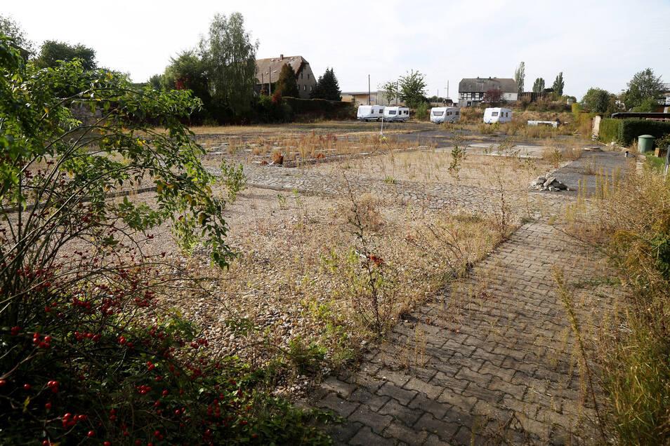 Insgesamt vier Baugrundstücke könnten in Oelsitz am Weidaer Weg entstehen. Das Bild zeigt die Blickrichtung von der Riesaer Straße aus, im Hintergrund ist der neue Firmensitz der Bäckerei Jung zu sehen.