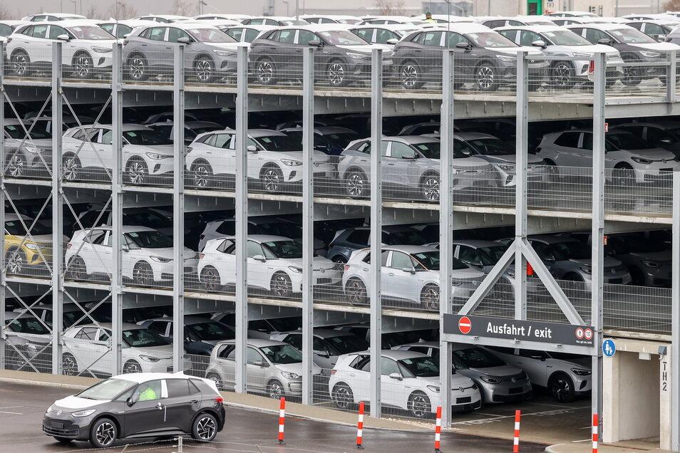 Ein Volkswagen ID.3 verlässt in Zwickau zur Auslieferung ein Parkhaus mit weiteren Neuwagen. Im Zwickauer Volkswagen-Werk sollen bald noch mehr Elektroautos vom Band rollen.