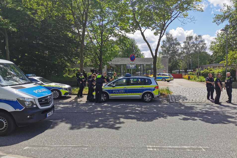 Polizisten stehen Anfang Juni vor einer Hamburger Schule. Zuvor hatte es hier eine telefonische Amokdrohung  gegeben, die sich später als schlechter Schwerz entpuppte.