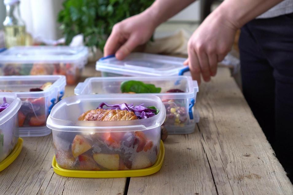 Planung ist alles – das gilt besonders auch für die Ernährung im Arbeitsalltag. Wer seine Mahlzeiten vorbereitet, vermeidet Stress und Frustessen.