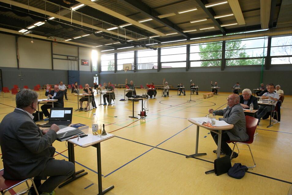 Im Frühjahr zog der Dohnaer Stadtrat in die Sporthalle. Diesmal bleibt er vorerst im Speiseraum der Schule.