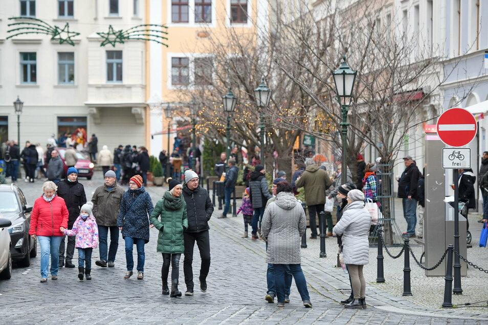 Der Wichteltag in abgespeckter Form, zu dem Händler eingeladen hatten, lockte am Sonntag zahlreiche Besucher in die Löbauer Innenstadt.
