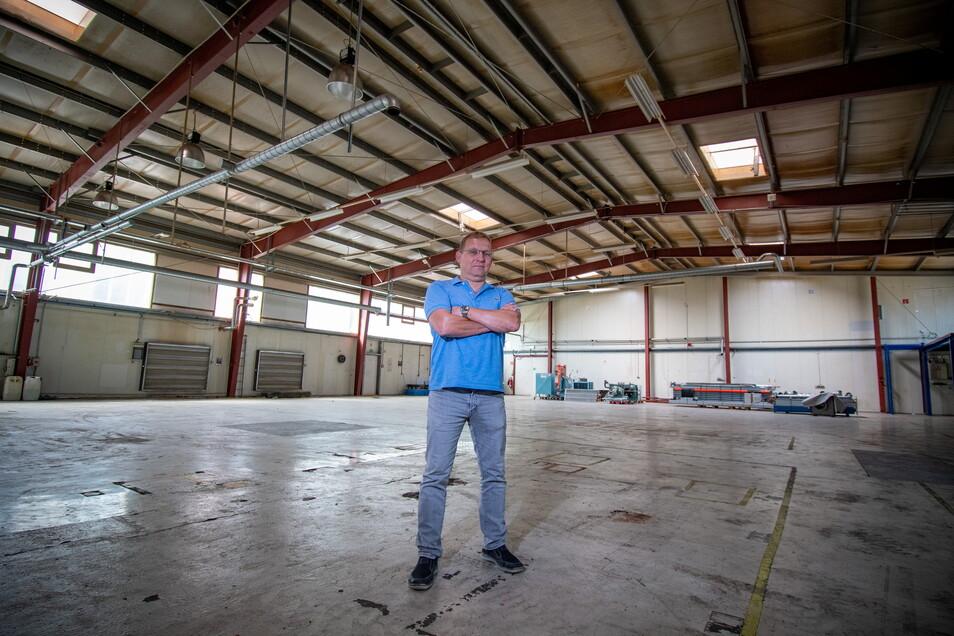KVB-Geschäftsführer Markus Mütsch steht in einer der Produktionshallen am neuen Standort im Mockritzer Gewerbegebiet. Zurzeit sind am Gebäude noch einige Sanierungsmaßnahmen notwendig.