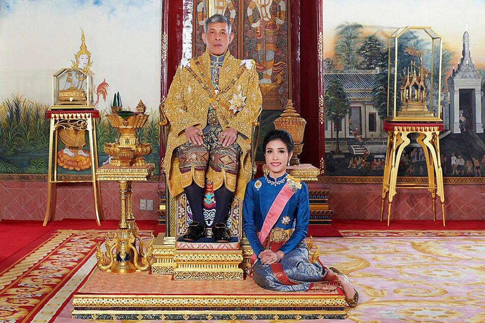 König Maha Vajiralongkorn von Thailand hat seiner im vergangenen Herbst verstoßenen offiziellen Geliebten Sineenat Wongvajirapakdi (r) alle königlichen und militärischen Titel wiederverliehen.