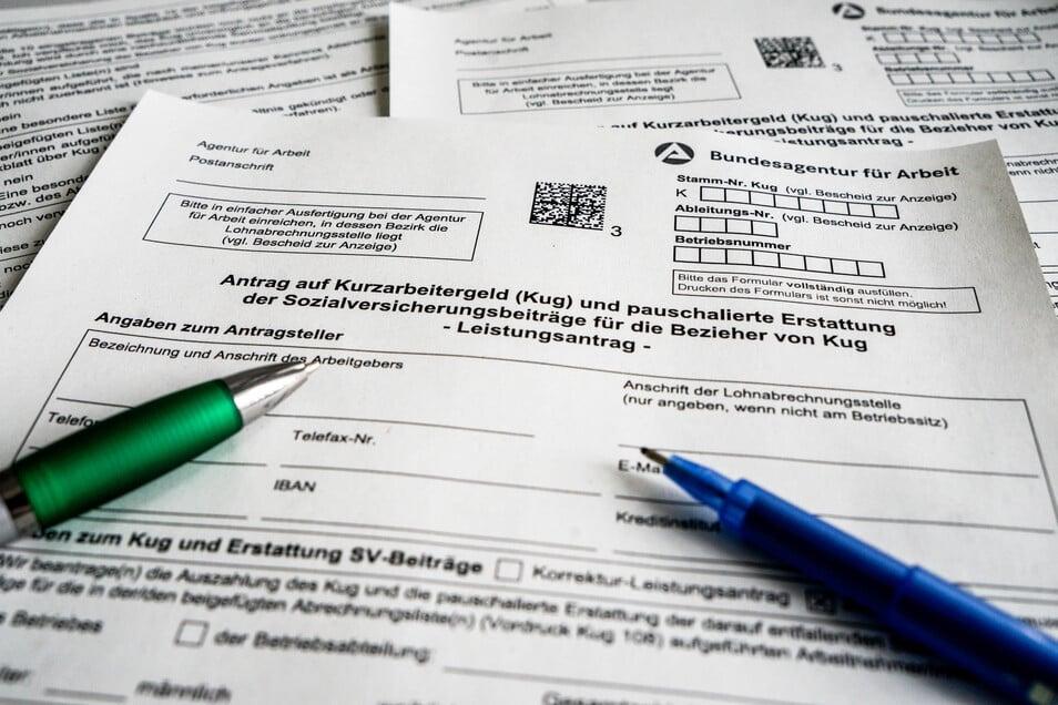 Kugelschreiber liegen auf einem Antragsformular für Kurzarbeitergeld. Insgesamt 2.800 Unternehmen im Landkreis Meißen haben Kurzarbeit beantragt. Foto: SZ/Uwe Soeder