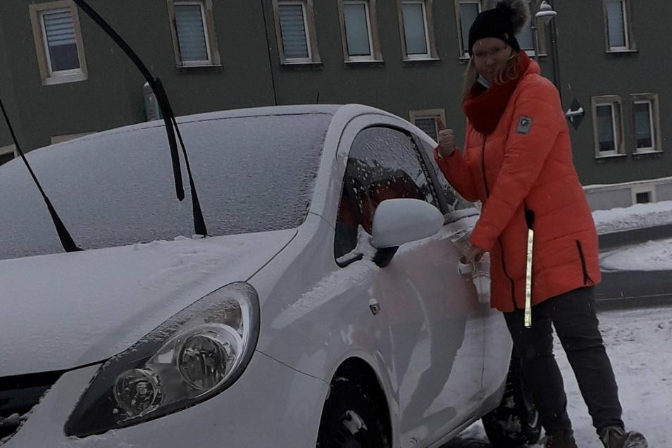 Daumen hoch - Daniela Neubert glaubt daran, dass sie ihr Auto demnächst fahren darf.