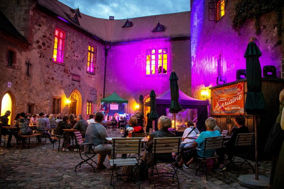 """Bei """"Mittelalter meets Klassik"""" wurde der Burghof in ein besonderes Licht getaucht."""
