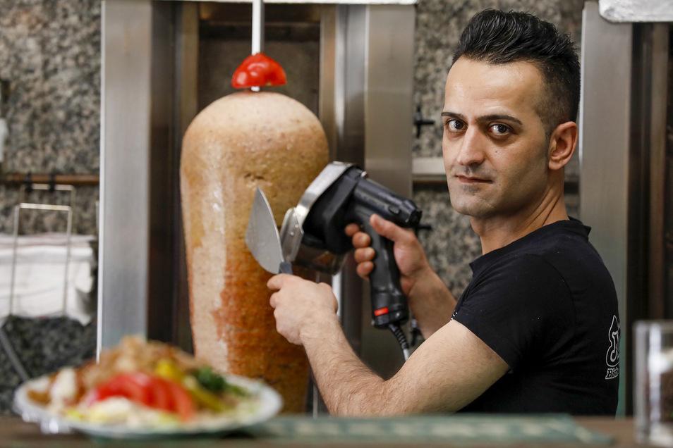 Ezgin Yildiz schneidet den Dönerspieß an. Verdorbenes Fleisch hat er bisher noch nie geliefert bekommen.