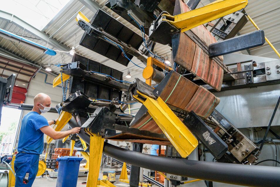 Solche Maschinen wickeln bei DRS Rohrwerke in Salzenforst bei Bautzen fertige Rohre auf eine Spule. Das Unternehmen befindet sich auf Wachstumskurs.