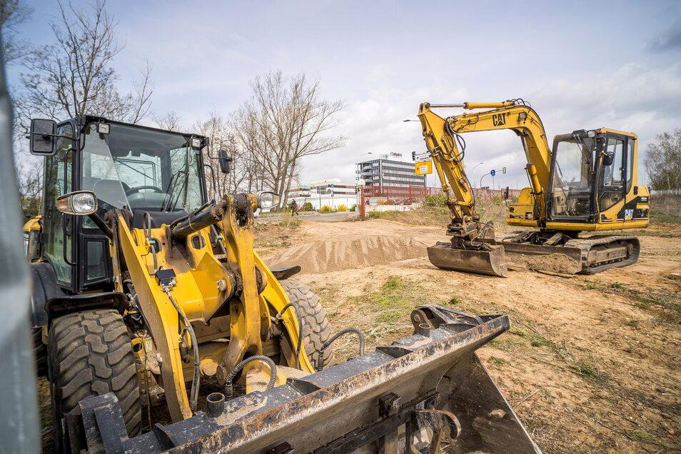 Die Baumaschinen sind da: Das neue Wohngebiet an der Straße Am Kuffenhaus, nahe dem Neways-Standort (Hintergrund), wird in den nächsten Wochen erschlossen.