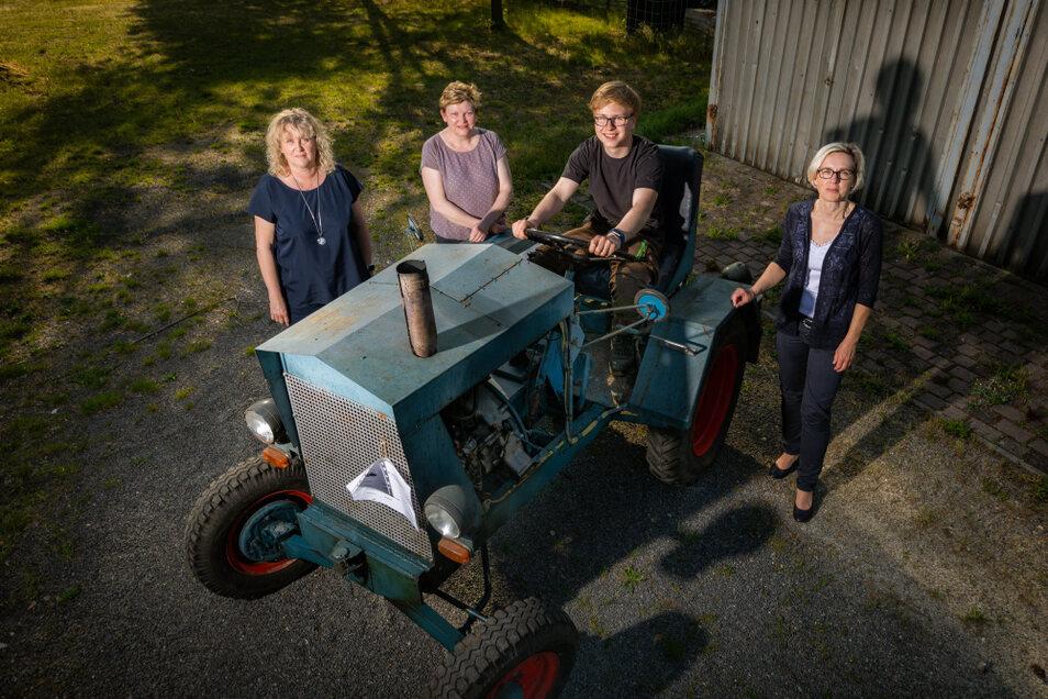 Sabine Krahl, Sibylle Babick und Karina Muschick (v.l.) sind hier um den Traktor versammelt. Sie haben gemeinsam das Vorhaben ausgearbeitet. Auch Richard Theka wird sich an der Restaurierung beteiligen. Danach wird der Traktor im Verein eingesetzt.