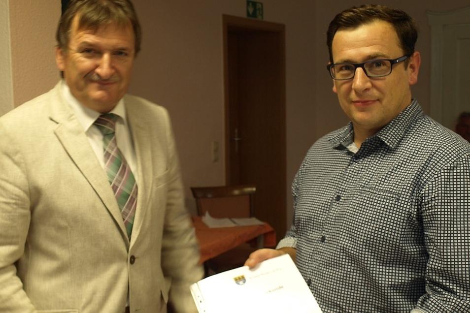 Bevor Marco Fleischer (re.) seine Ernennungsurkunde von Bürgermeister Rüdiger Mönch überreicht bekam, stellte er sich offiziell im Gemeinderat vor.