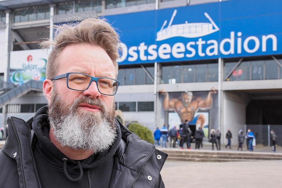 Oberbürgermeister Claus Ruhe Madsen (parteilos) steht vor dem Ostseestadion.