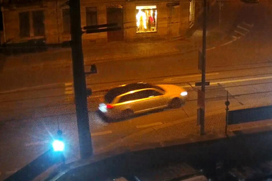 Das Fluchtfahrzeug - hier auf einem Überwachungsfoto - wurde nach der Tat abgebrannt. Zuvor war es offenbar in Berlin foliert worden.