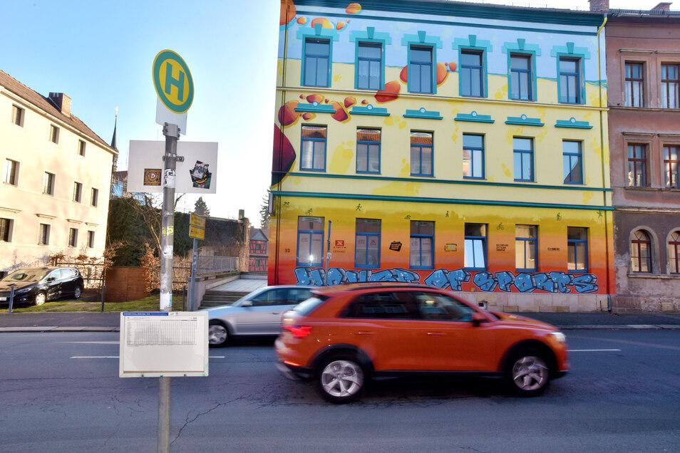 Farblich setzt sich dieser Altbau in der Rosa-Luxemburg-Straße in Zittau deutlich von der umgebenden Bebauung ab.