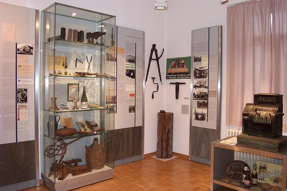 Blick in den derzeitigen Ausstellungsraum im ersten Geschoss des Museums, der Handwerks- und Industrietradition von Coswig und angrenzender Orte zeigt. Hier soll in der neuen Ausstellung ein Schwerpunkt gesetzt werden, etwa am Beispiel des ersten sächsisc