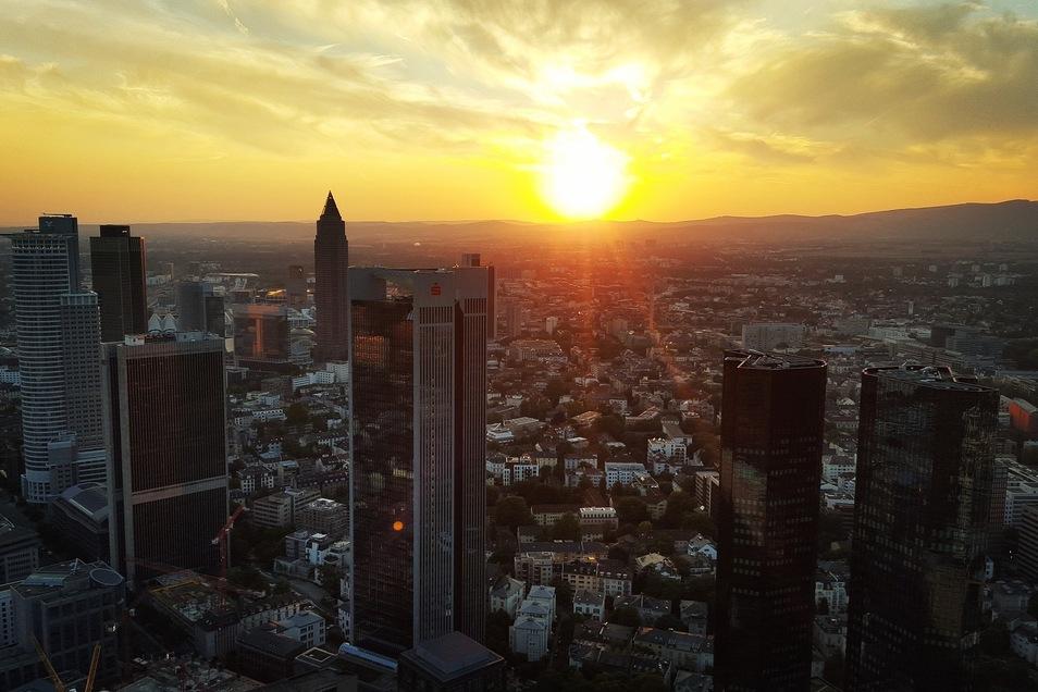 """In deutschen Städten wie Frankfurt am Main geht das """"große Geld"""" gern einkaufen."""