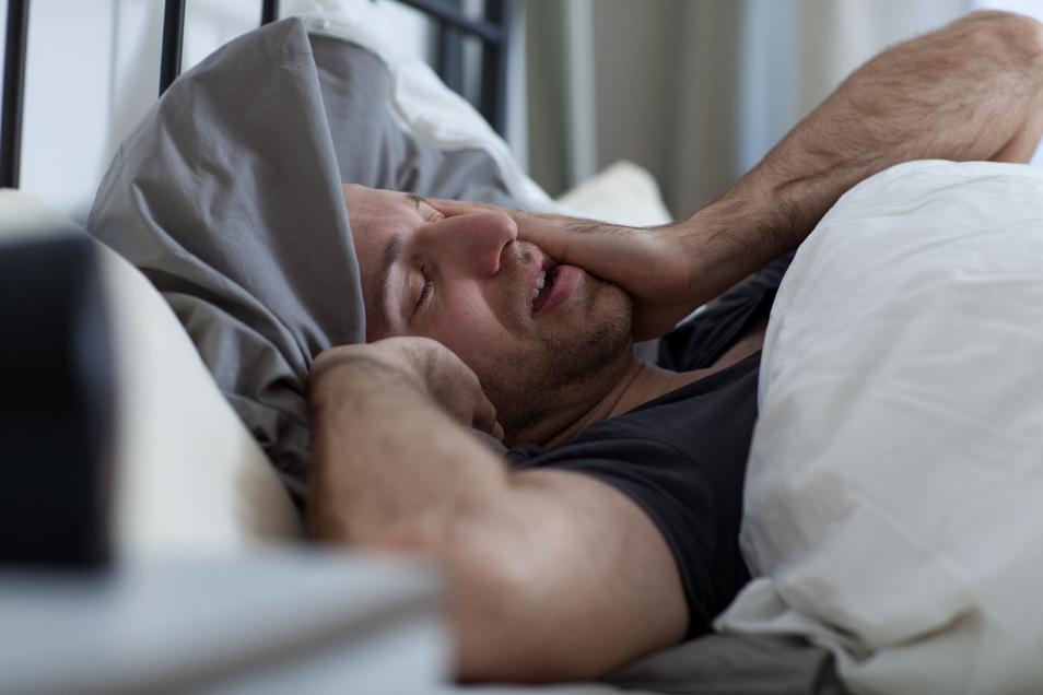 Was tun, wenn die Gedanken rasen? Schlaflosigkeit ist eines der typischen Symptome innerer Unruhe.