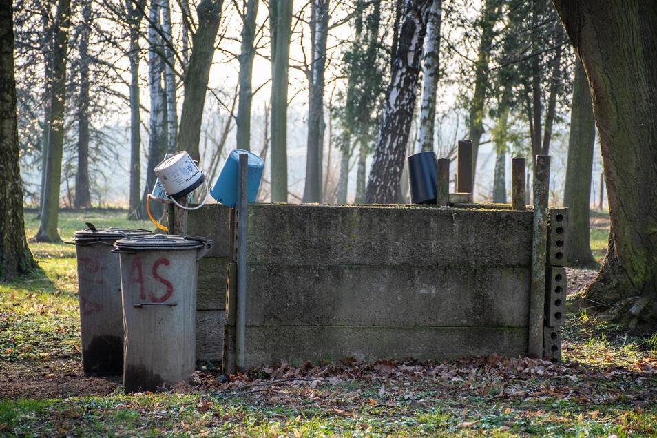 Friedhofsbesucher mussten Wasser aus einem Bach holen. Das war jedoch im vergangenen Sommer aufgrund der Dürre nicht erlaubt.
