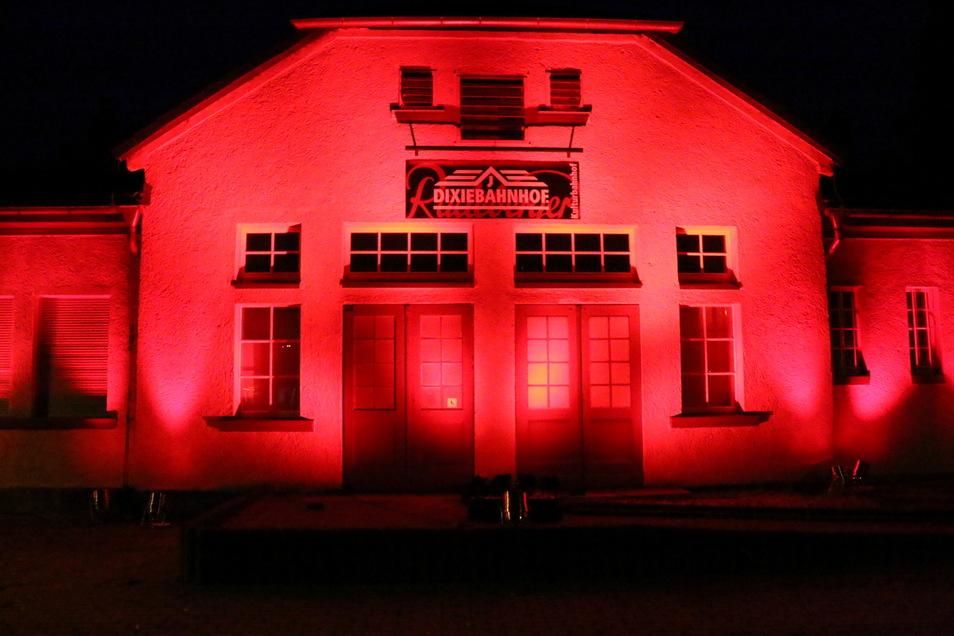 """Der Dixiebahnhof in Weixdorf in rotem Licht: Der Betreiberverein beteiligte sich an der deutschlandweiten Aktion """"Night of Light""""."""