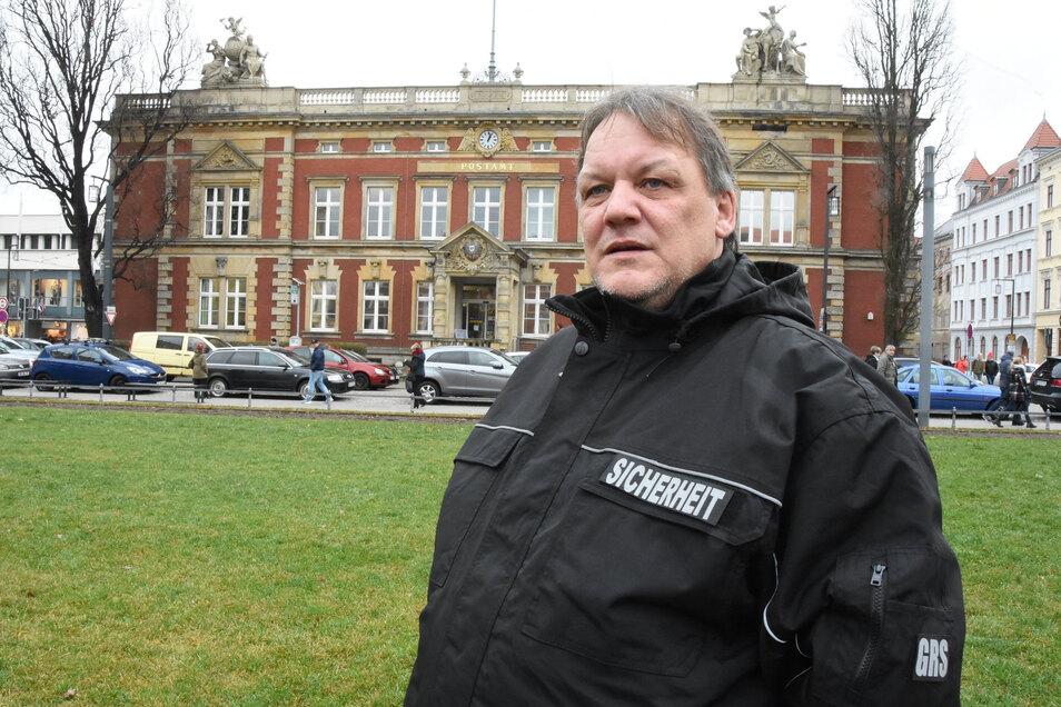 Dieser Wachmann kam den Postangestellten zu Hilfe, überzeugte den Tschechen aufzugeben und hielt ihn fest, bis die Polizei kam.
