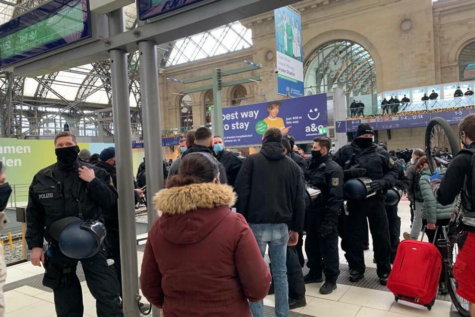 Am Hauptbahnhof kontrolliert die Bundespolizei die ankommenden Züge.