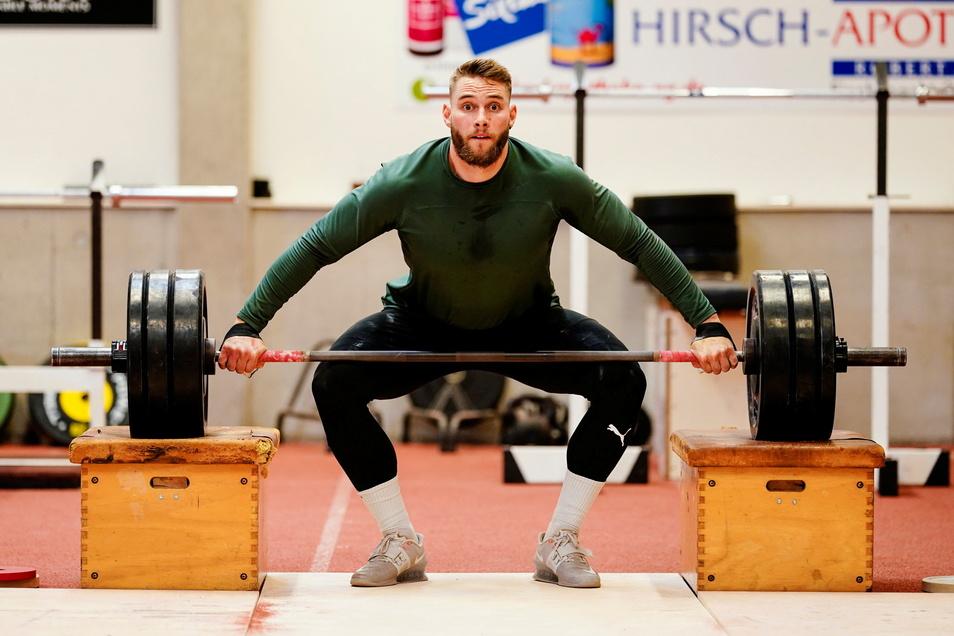 Speerwerfer Johannes Vetter stemmt Gewichte während eines Trainings in der Offenburger Rüdiger-Hurrle-Leichtathletikhalle.