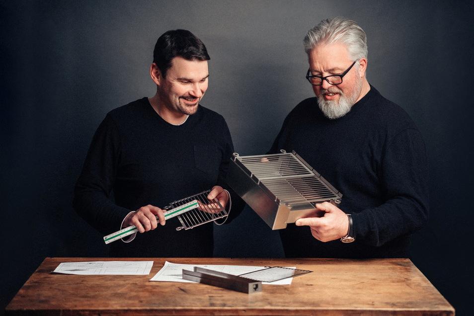 """Philipp Beuermann und der verstorbene Geschäftsführer Klaus Gerlach von Käppler und Pausch mit dem von Gerlach entworfenen Grill """"Vinur""""."""