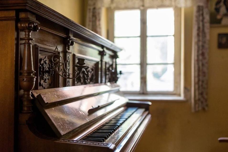Charme versprüht das alte Klavier.