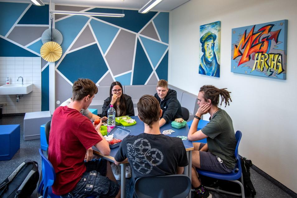 Am Martin-Luther-Gymnasium Hartha gibt es seit dieser Woche einen neuen Aufenthaltsraum direkt neben der Schulbibliothek. Die ersten Schüler haben sich bereits zu einem Kartenspiel getroffen.