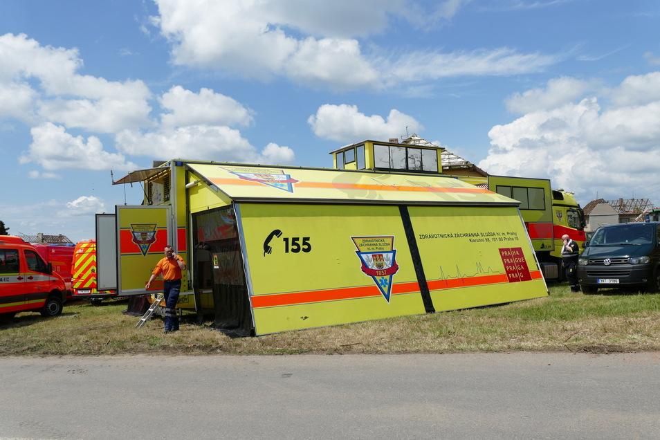 Rettungskräfte haben nach dem Tornado ein mobiles Krankenhaus im Dorf Moravská Nová Ves aufgebaut.